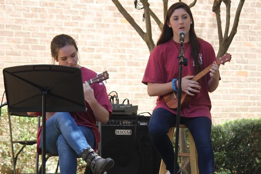 Dana Guthrie and Lucie Melcher '17 sing and play their ukuleles during the acoustic rock house.
