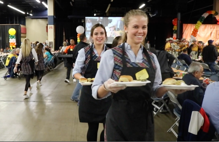 Grace+Baker+%2719+and+Kirsten+Pruitt+%2719+help+serve+lunch+at+HEB%27s+annual+Feast+of+Sharing.