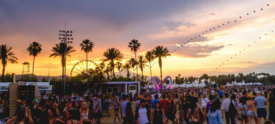 A+crowd+gathered+at+the+Coachella+Festival+in+2014.